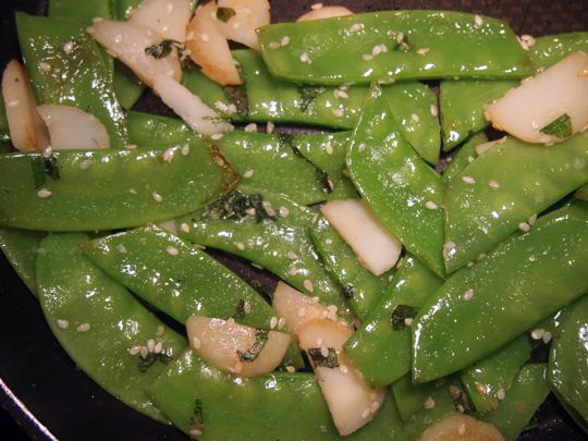 Snow peas with water chestnuts and mint