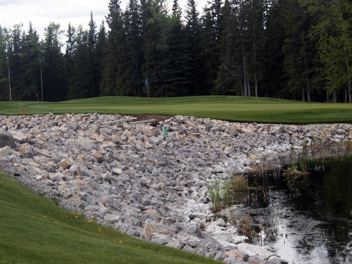 There's trouble on all sides of this green — trees, water and rocks.
